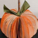 ¡Decoremos en Halloween! Simples pasos para realizar una calabaza decorativa con libros o revistas
