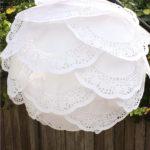 DIY romántico: Colgante con lampara de papel y blondas
