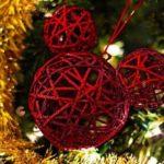 En las visperas hacemos: Adorno navideño realizado con globos de carnaval y lana