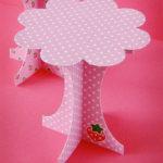 Original porta cupcakes confeccionado en papel rosa con lunares blancos