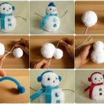 Adorno navideño realizado con pompones de lana
