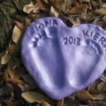 Corazón en porcelana fría con huellas marcadas: ideal para bebes