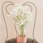 ¿Cómo hacer unos delicados floreros con frascos de vidrio y purpurina?