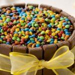 ¿Cómo decorar una torta sencilla con muchas golosinas?