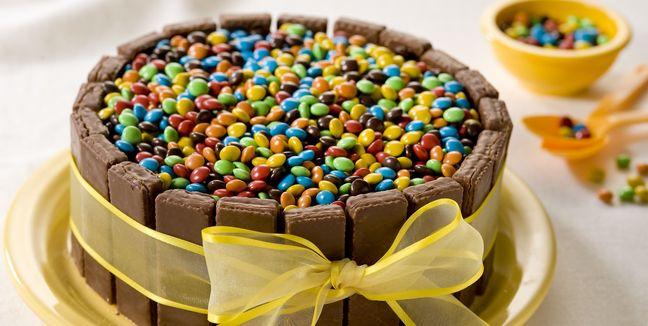 Decorar-torta-de-cumpleaños-con-barras-de-chocolate-y-confites-de-colores-2