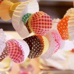 ¿Cómo hacer una guirnalda de colores con pirotines de muffins?