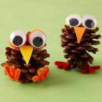 ¡Decora la mesa de los pequeños en navidad! Graciosos animalitos con piñas secas