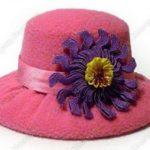 Colorido sombrero alfiletero realizado con materiales reciclados