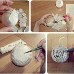 Renovamos viejas bolas navideñas con papel de diario o de libros en desuso