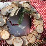 Corona para decorar la puerta con pequeñas rodajas de árbol