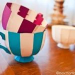 Tazas rayadas como dulcero de cumpleaños realizadas con materiales reciclados
