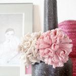 Flores de trapillo realizados con pompones ideales para decorar el hogar