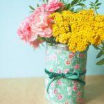 Florero romántico realizado con latas y telas recicladas