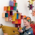 Colorida repisa realizada con cajas de cartón para el cuarto de los chicos