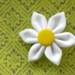 Cómo hacer margaritas de tela con detalles de botones