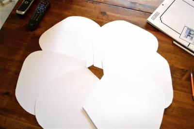 Como-hacer-flores-grandes-en-papel-cartulina-1