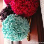 Divertidos pompones de tela para decorar la puerta de casa