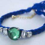 Delicada pulsera realizada con hilo azul y piedras: paso a paso