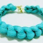 Novedosa y colorida pulsera realizada con cordones en color turquesa