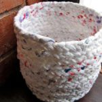 Cesto realizado con bolsas de supermercado recicladas: paso a paso