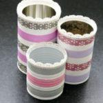 Delicadas latas con detalles de puntillas para utilizar como centro de mesa