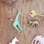 Llaveros confeccionados con animales de colección antiguos reciclados