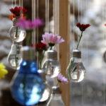 Originales floreros colgante y de apoyo realizados con bombitas de luz recicladas