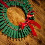 ¿Cómo hacer una corona navideña realizada con cartón y broches, que sea muy original?
