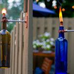 ¿Cómo hacer antorchas para el jardín con botellas de vino recicladas?
